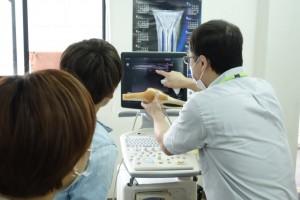 柔道整復師科は、附属整骨院にて業務で用いる機材を体験していただきました。エコーによる画像診断によって、実際に膝関節の深部を観察しているところです。